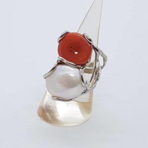 anello con perla scaramazza e radice di rubino anello con perla scaramazza e radice di rubino Anello con perla scaramazza e radice di corallo 56749124 2037578096551126 3654880606115856384 n 300x300