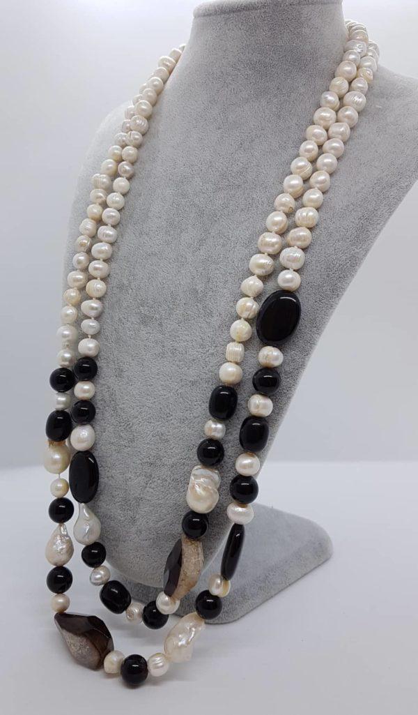 collana con perle scaramazze e di fiume e con onice nera
