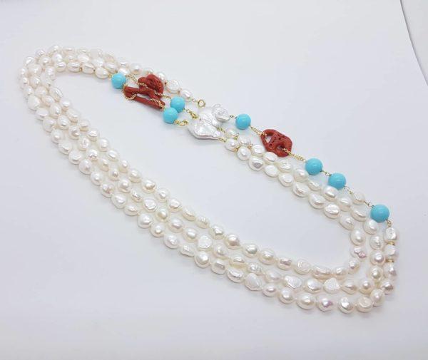 dettaglio collana con perle scaramazze e di fiume con corallo e turchese