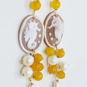 Orecchini con cammeo e con perle scaramazze piatte orecchini con cammeo Orecchini con cammeo e con perle scaramazze piatte 0175 300x300