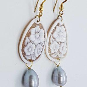 Orecchini con cammeo e con perle di fiume grigie orecchini con cammeo Orecchini con cammeo e con perle di fiume grigie 0180 300x300