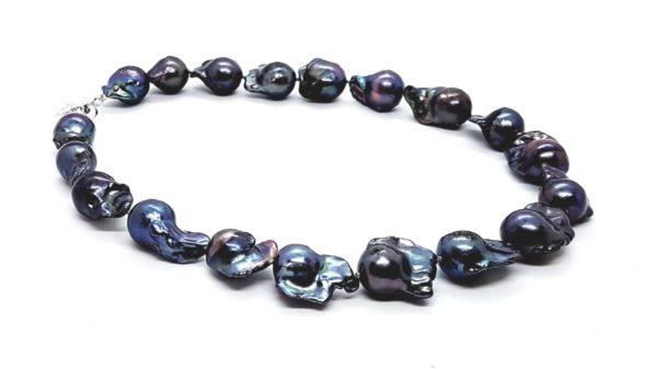 Collana girocollo con perle scaramazze nere