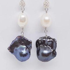 orecchini con perle naturali e con perle scaramazze grigie Orecchini con perle naturali e con perle scaramazze grigie pz 5 300x300