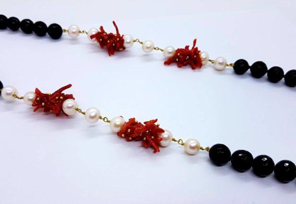 particolare collana con perle naturali e onice e con corallo naturale