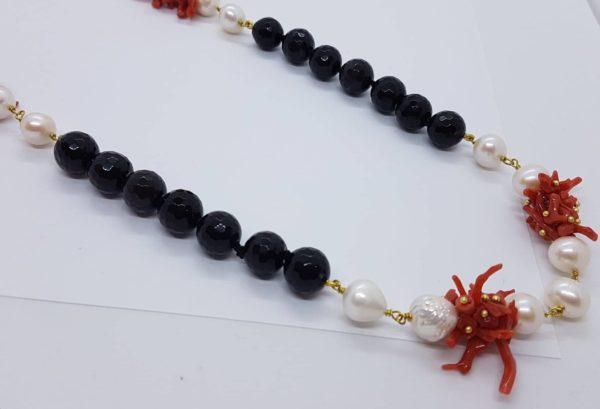 Dettagli collana con perle naturali e onice e con corallo naturale