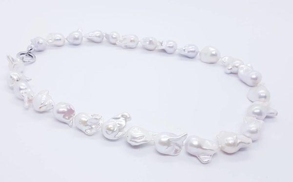 dettaglio collana con perle scaramazze barocche