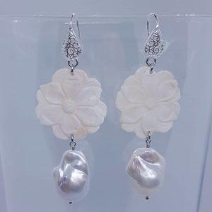Orecchini con cammeo bianco e con perla barocca Orecchini con cammeo bianco e con perla barocca 78206041 800047187094464 7510029335311417344 n 300x300