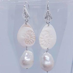 Orecchini con cammeo bianco e con perla barocca Orecchini con cammeo bianco e con perla barocca 78908827 429820027700061 6844659826518130688 n 300x300