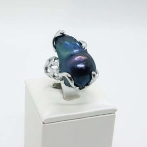 anello Giulia in argento con perla scaramazza nera