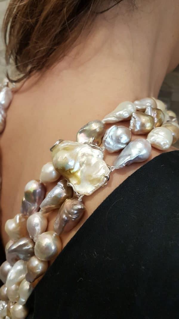Collana Isola Santo Stefano con tre fili di perle scaramazze color pastello