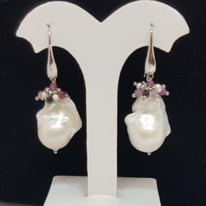 orecchini in argento con perle scaramazze e tormaline