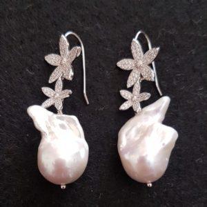 Orecchini fiori con perle scaramazze in argento